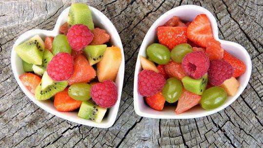 bowl de fruta corazón fuente alimentaria de fibra